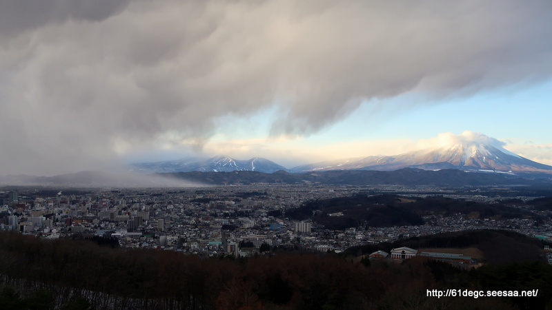 岩手山と吹雪く盛岡市街