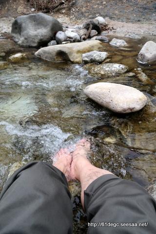 川原毛大湯滝で足湯に浸かる